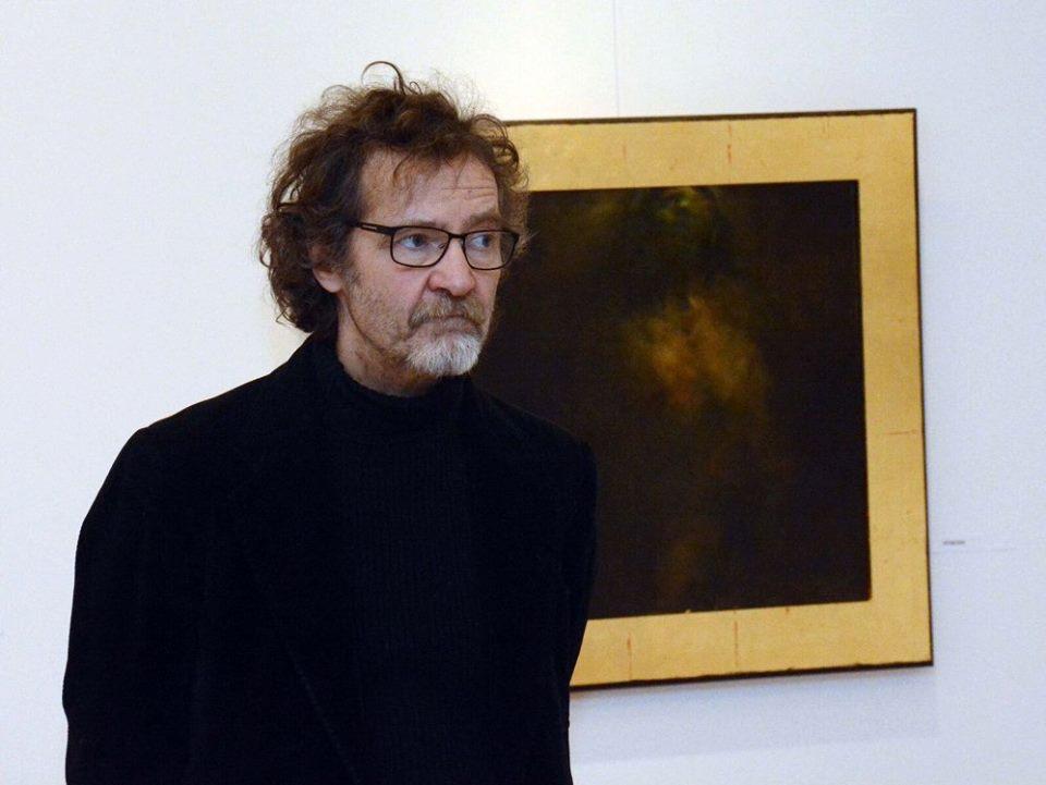 A festőművész egy kiállított képével, fotó: Kiss T. József