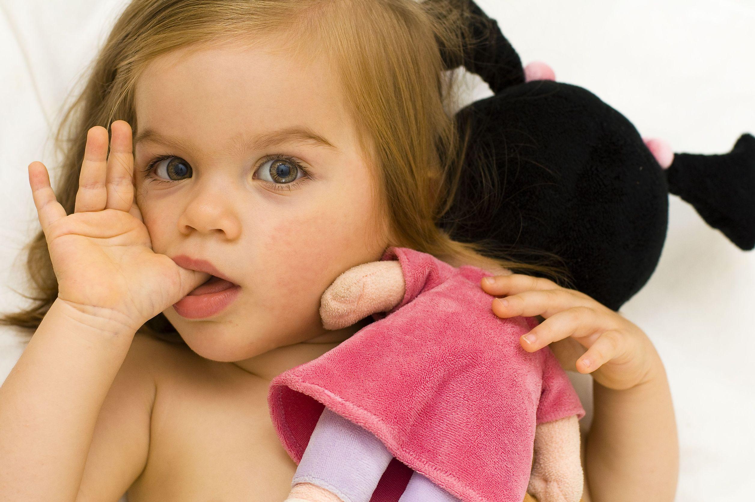 Szopja az ujját a gyerek? Legalább nem lesz allergiás!