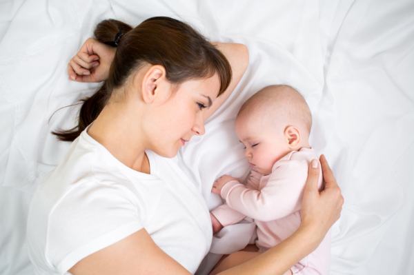 Amíg szoptatunk, aludjunk a babával?