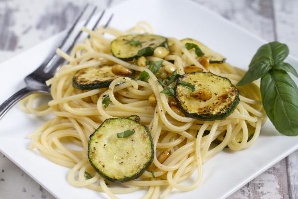 Cukkinis spagetti bazsalikommal - Egészségséf