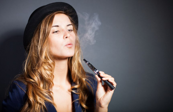 Napok kérdése és bírságolják a rossz helyen e-cigizőket