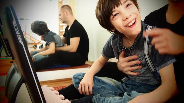 Eszes fiú sérült testbe zárva