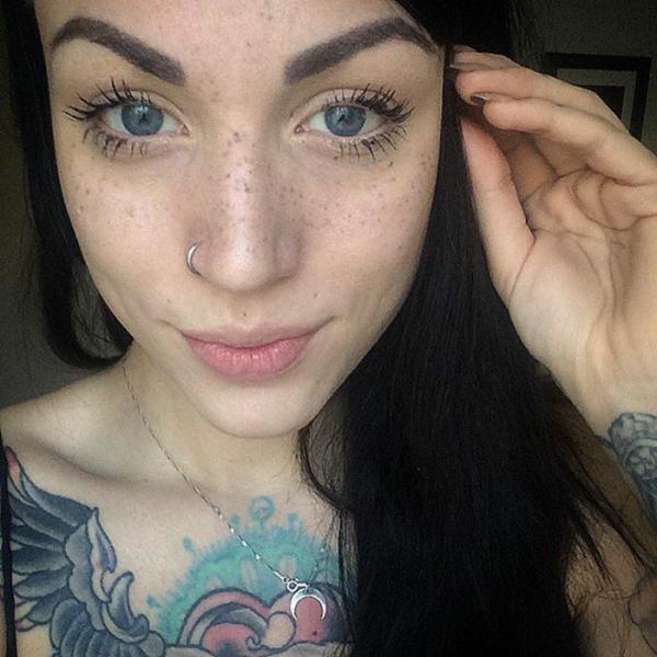 Új szépséghóbort: szeplőt tetováltatott az arcára