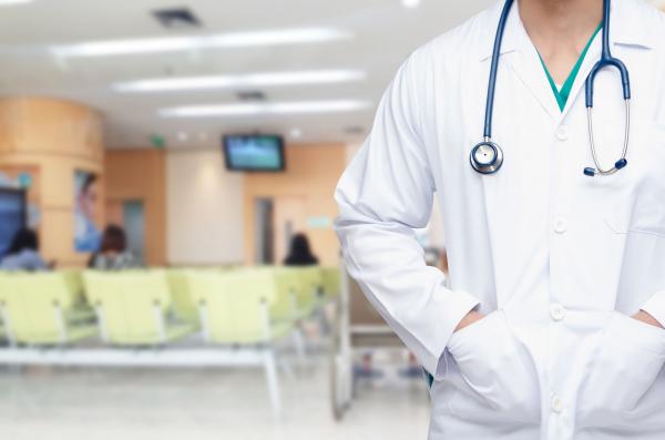 Orvosok vezetnek körbe a Szent Imre kórházban