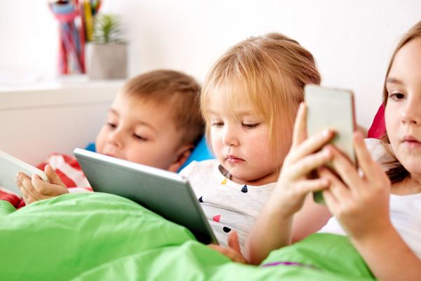 Korlátozza a gyermeki agy fejlődését a képernyő túlzott nézése