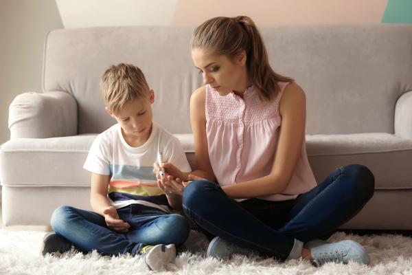 Jövőre államilag támogatják a cukorbeteg gyerekeket és családjukat