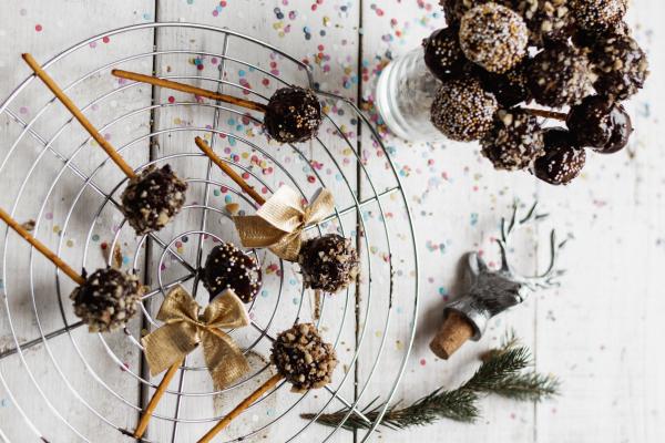 Szilveszter: Sütésmentes desszertgolyók sós pálcikán