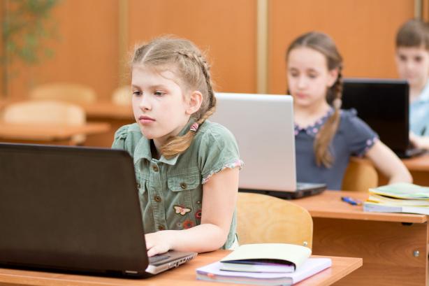 Az online tér veszélye a gyerekekre