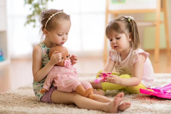 A babázás fejleszti a gyerekek empatikus készségeit