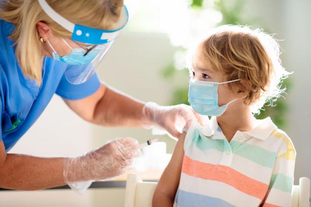 12 év alatti gyerekeken is tesztelik a vakcinát