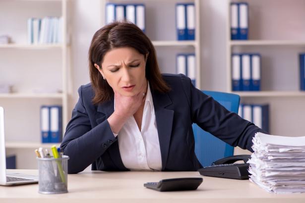 A delta variáns tünetei: orrfolyás, torokfájás,fejfájás