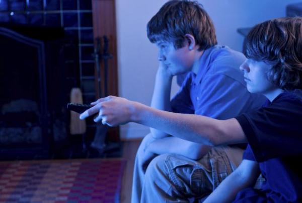 A tévézés növeli az elhízott gyerekek vérnyomását
