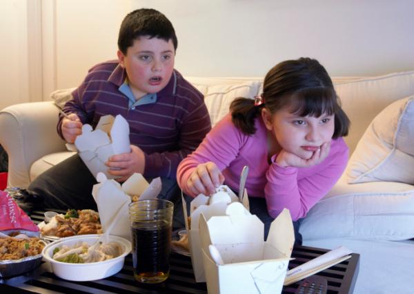 Gyümölcs helyett üdítőznek a kövér gyerekek
