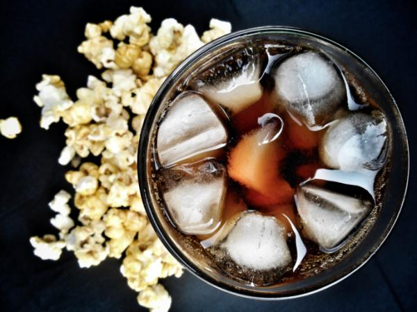 A moziban kapható nagy kóla 44 teáskanálnyi cukrot tartalmaz