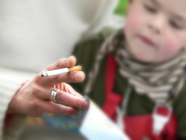 Így károsítjuk gyerekeinket a passzív dohányzással