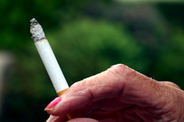 Ennyivel növeli a dohányzás az idősebb nők mellrákkockázatát