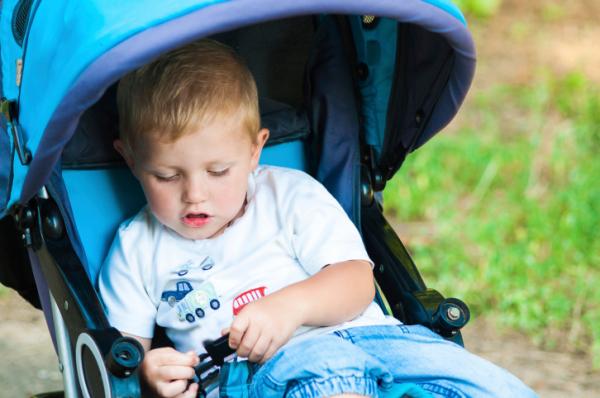 4 évesen még babakocsiban tolja kisfiát – Mit okozhat ez?