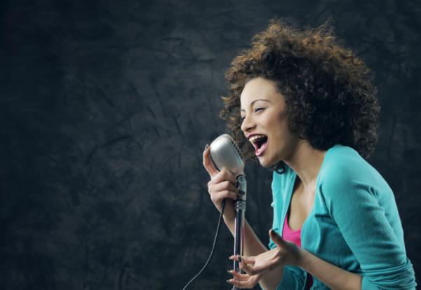 Végigénekelte torokműtétjét egy énekesnő