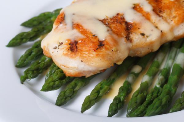 Csirkemell spárgaszósszal - Egészségséfünk receptje