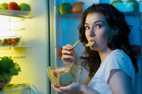 Ételek, amik segítik vagy nehezítik az alvást
