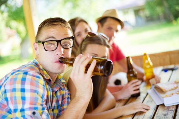Szüleik miatt isznak több alkoholt a gyerekek