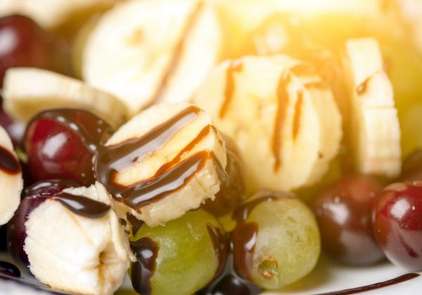 Gyümölcssaláta csokisziruppal - Egészségséfünk receptje