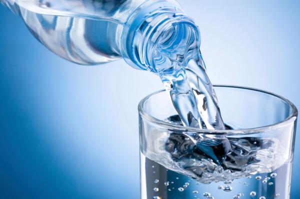 Ha így iszod, rákot okozhat az ásványvíz