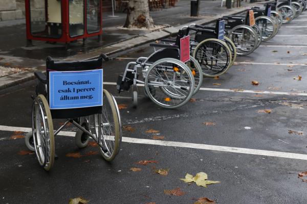 Kerekesszékek szállták meg a belvárosi parkolókat