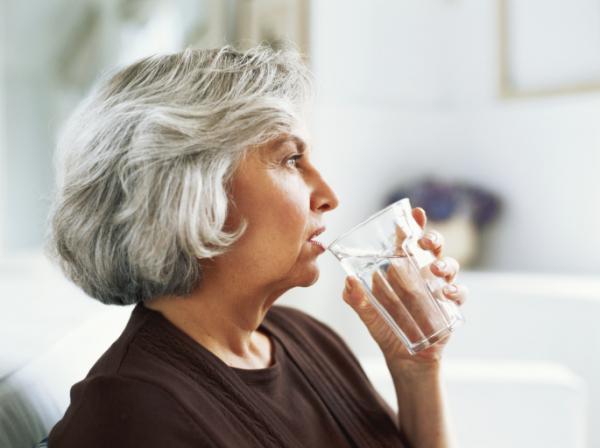 Aggasztóan keveset isznak az idősek