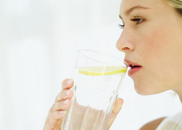 Mennyi folyadékot igyon egy nő?