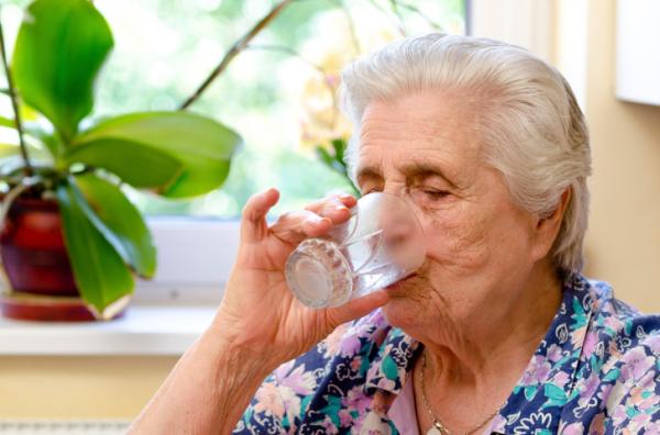 Hogyan vegyük rá az időseket, hogy többet igyanak?