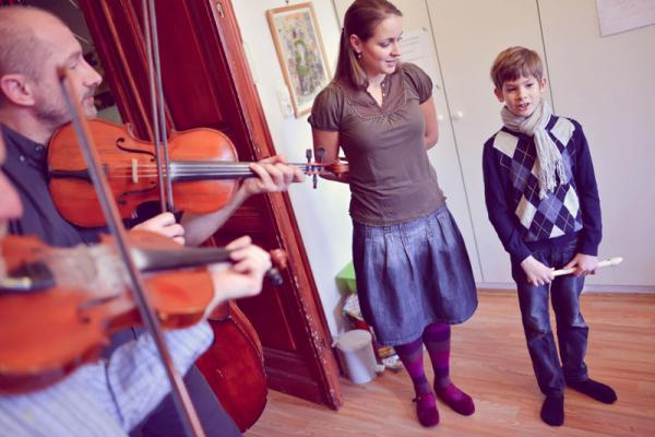 A zenei fejlesztés jótékony hatásai korszülötteknél