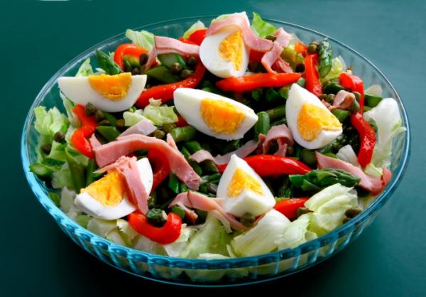 Saláta főtt tojással, sonkával - Egészségséf