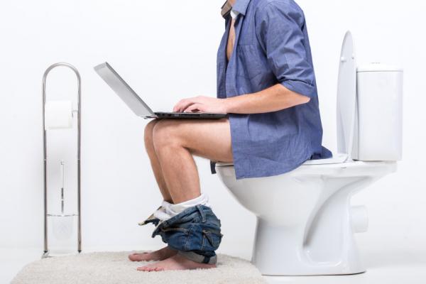 Rosszul ülünk a vécén! Sőt, nem is ülni kéne!